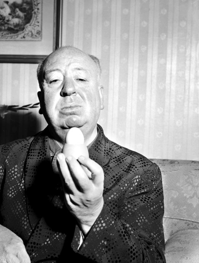 Alfred Hitchcock con un huevo en el Hotel Australia, en 1960. (Photo by Fairfax Media via Getty Images)