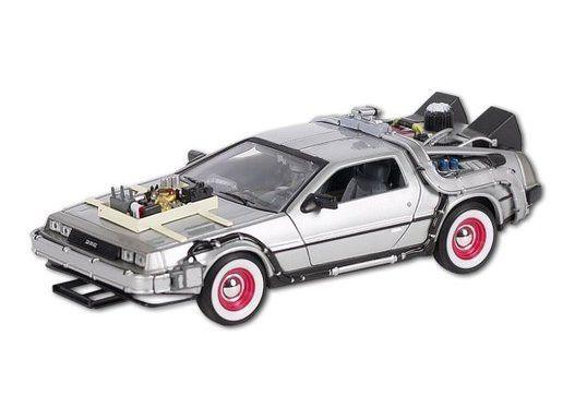 "A escala 1:24, disponible en <a href=""http://www.amazon.es/Welly-22444-coleccionista-DeLorean-pel%C3%ADcula/dp/B0029WDMVQ/ref=sr_1_16?ie=UTF8&qid=1445255936&sr=8-16&keywords=regreso+al+futuro"" target=""_blank"">Amazon</a>."
