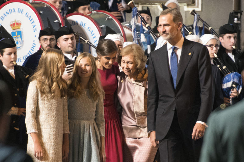 OVIEDO, SPAIN - OCTOBER 18: (L-R) Princess Sofia of Spain, Princess Leonor of Spain, Queen Letizia of Spain, Queen Sofia of Spain and King Felipe of Spain arrive to the Campoamor Theatre ahead of the 'Princesa de Asturias' Awards Ceremony 2019 on October 18, 2019 in Oviedo, Spain. (Photo by Europa Press Entertainment/Europa Press via Getty Images)