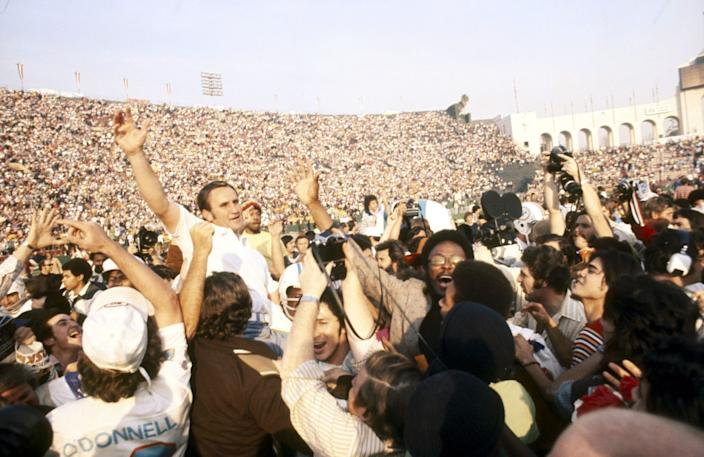 """Miami Dolphins coach Don Shula is carried off the field after defeating the Washington Redskins in Super Bowl VII at the Coliseum in January 1973 to complete a 17-0 season. <span class=""""copyright"""">(Vernon Biever / Getty Images)</span>"""