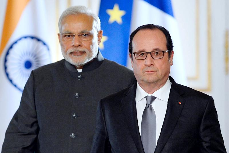 French President Francois Hollande (R) and Indian Prime Minister Narendra Modi arrive to make a joint statement at the Elysee palace on April 10, 2015, in Paris (AFP Photo/Alain Jocard)