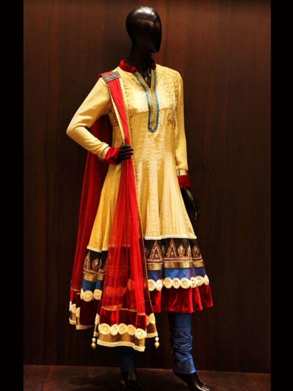 <p><strong>Images via : <a href='http://idiva.com'>iDiva.com</a></strong></p><p><strong>Noor-Jahan outfit:</strong> This Diwali go retro with this gold anarkali with velvet bordering and pearl work. This jute embroidered ensemble with pleated dupatta will give you an ethnic look. To add a tradional touch to it, pair it up with dangling earrings.</p><p><strong>Related Articles - </strong></p><p><a href='http://idiva.com/photogallery-style-beauty/5-hot-ethnic-wear-trends/16258' target='_blank'>5 Hot Ethnic Wear Trends</a></p><p><a href='http://idiva.com/photogallery-style-beauty/diwali-spl-go-white-in-indian-wear/17287' target='_blank'>Diwali Spl: Go White in Indian Wear</a></p>
