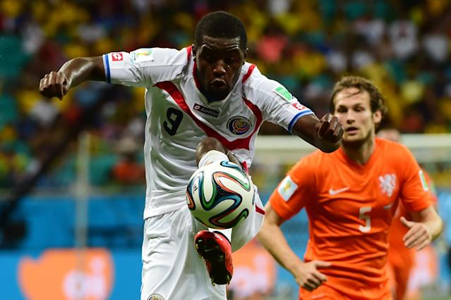Costa Rica's Joel Campbell (L) controls a high ball during the quarter-final match against the Netherlands at the Fonte Nova Arena in Salvador during the 2014 FIFA World Cup on July 5, 2014 (AFP Photo/Ronaldo Schemidt)