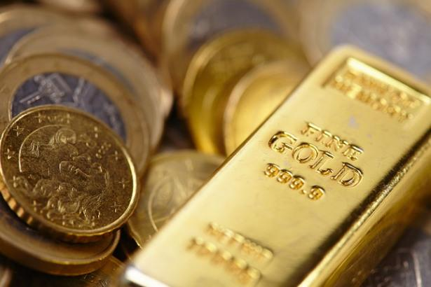 Gold falls on profit-booking, but economic downturn fears limit losses