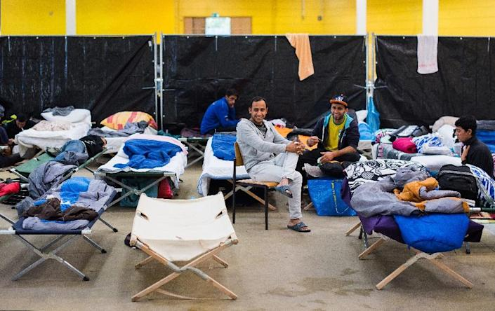 Refugees are housed temporarily at a former hardware store in Hamburg, northern Germany, September 26, 2015 (AFP Photo/Daniel Bockwoldt)