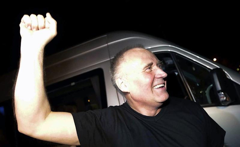 Belarus opposition leader Mikola Statkevich gestures as he leaves a bus in the capital Minsk on August 22, 2015 after being released from prison (AFP Photo/Uladz Hrydzin)