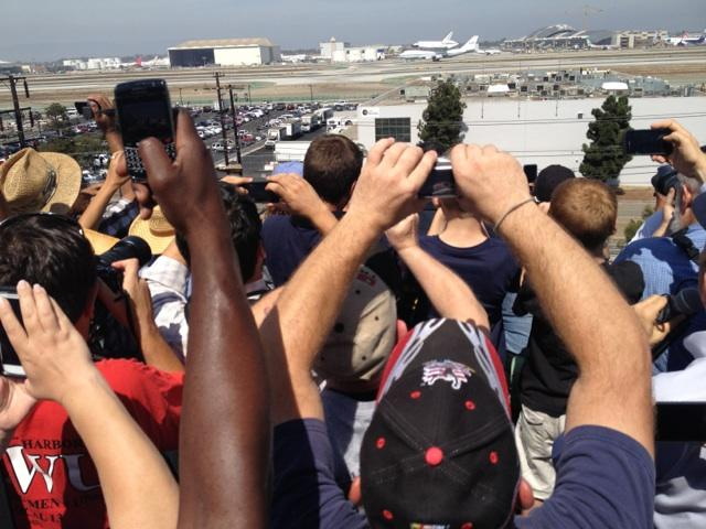 Endeavour lands at LAX. Courtesy @maxzimbert of Yahoo! News