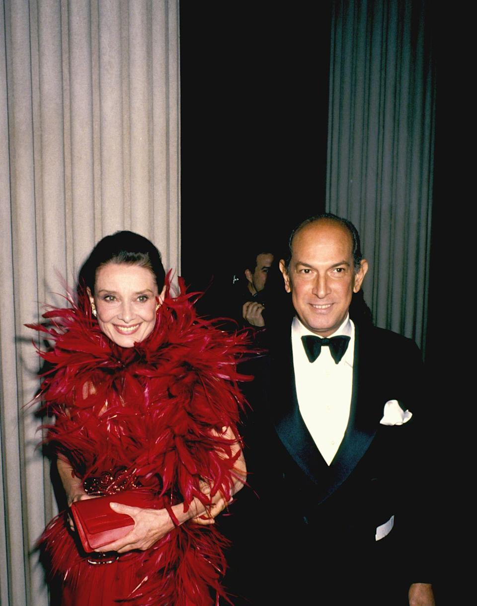 <p>At the 1988 Council of Fashion Designers of America Awards, Audrey Hepburn and Oscar de la Renta entered New York's Metropolitan Museum of Art. <br></p>