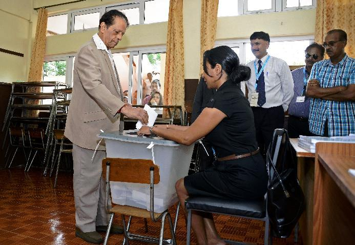 Anerood Jugnauth casts his vote at a polling station in Port Louis on December 10, 2014 (AFP Photo/Nicholas Larche)