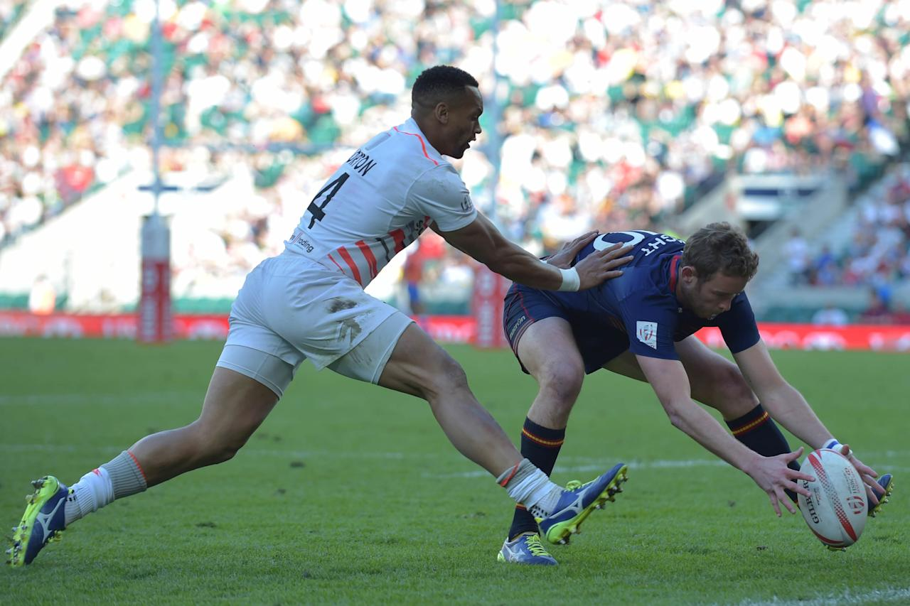 England's Dan Norton (L) tackles Scotland's Scott Wight during the cup final match of the World Rugby Sevens Series - London, rugby union tournament between Scotland and England, at Twickenham in south west London on May 21, 2017.Scotland beat England 12-7 in the final. (AFP Photo/OLLY GREENWOOD)