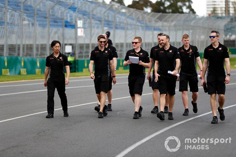 "Romain Grosjean, Haas F1 Team walks the track with members of the team including Ayao Komatsu, Chief Race Engineer, Haas F1 <span class=""copyright"">Glenn Dunbar / Motorsport Images</span>"