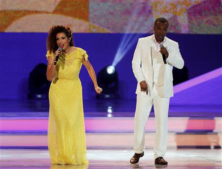 Brazilian singers Vanessa de Mata (L) and Alexandre Pires perform during the draw for the 2014 World Cup at the Costa do Sauipe resort in Sao Joao da Mata, Bahia state, December 6, 2013. REUTERS/Sergio Moraes