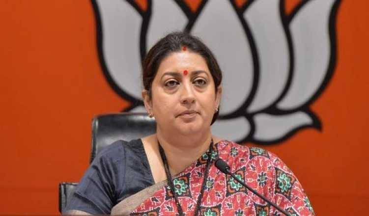 Smriti unleashes 'Shoe-war' in Amethi