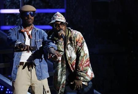 André 3000 and Big Boi of Outkast address the audience during the 2006 VH1 Hip Hop Honors ceremony in New York City October 7, 2006. REUTERS/Lucas Jackson