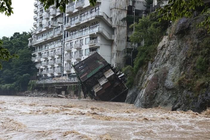 A hotel building falls into the floodwaters at Nikko mountain resort in Tochigi prefecture, north of Tokyo on September 10, 2015 (AFP Photo/)