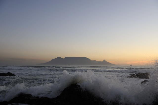 Costa de Robben Island e, ao fundo, a Cidade do Cabo (Frederic Soltan/Corbis via Getty Images)