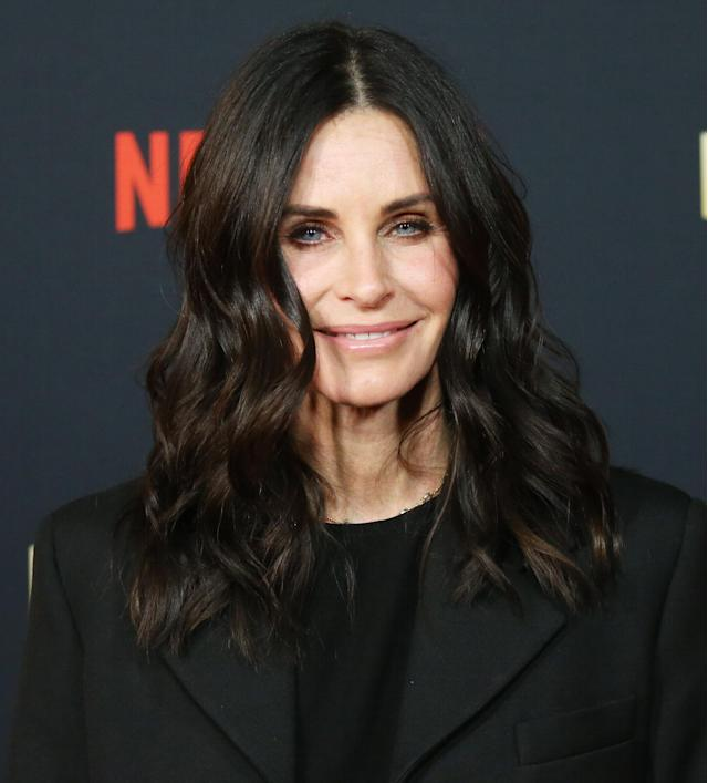 Courtney Cox luce capas invisibles, que le dan movimiento al cabello sin sacfificar el largo. Foto: Michael Tran/FilmMagic