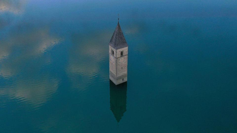<p>When the water is frozen over, visitors can walk straight up to the church steeple and examine the centuries-old architecture.<br></p>
