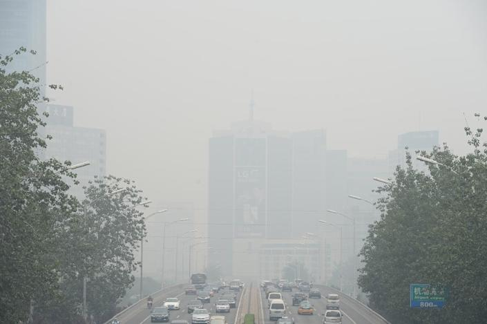 Vehicles on smog-blighted streets in Beijing on June 23, 2015 (AFP Photo/)