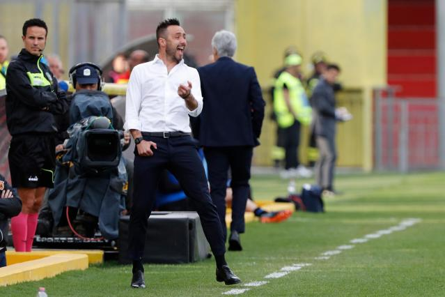 Benevento coach Roberto De Zerbi shouts during a Serie A soccer match between Benevento and Atalanta at the Ciro Vigorito stadium in Benevento, Italy, Wednesday, April 18, 2018. (Mario Taddeo/ANSA via AP)