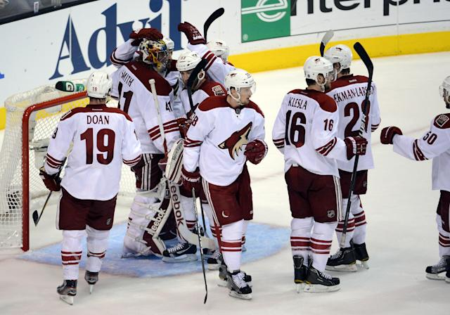 LOS ANGELES, CA - MAY 20: Goaltender Mike Smith #41 of the Phoenix Coyotes and the Coyotes celebrate the 2-0 victory against the Los Angeles Kings in Game Four of the Western Conference Final during the 2012 NHL Stanley Cup Playoffs at Staples Center on May 20, 2012 in Los Angeles, California. (Photo by Harry How/Getty Images)