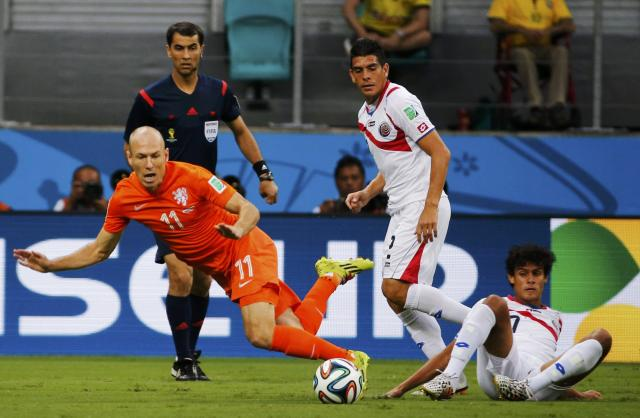 Arjen Robben of the Netherlands (L) fights for the ball with Costa Rica's Johnny Acosta (C) and Yeltsin Tejeda during their 2014 World Cup quarter-finals at the Fonte Nova arena in Salvador July 5, 2014. REUTERS/Sergio Moraes (BRAZIL - Tags: SOCCER SPORT WORLD CUP)