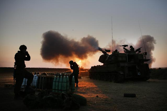 Israeli soldiers fire artillery shells towards the Gaza Strip from their position near Israel's border with the coastal Palestinian enclave, on July 21, 2014 (AFP Photo/Menahem Kahana)