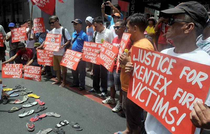 Protesters rally for justice for the victims of a fire that gutted a footwear factory, in Manila on May 14, 2015 (AFP Photo/Jay Directo)