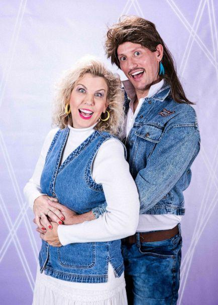 PHOTO: Cindy Simmons and husband, Eric, pose for their family's 80s-themed Christmas card. (Frankie Whitlach/321 Action Films)