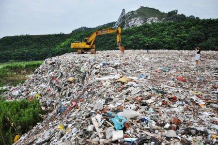 A garbage dump site is seen near Taihu Lake, Suzhou, Jiangsu province, China, July 4, 2016. Picture taken on July 4, 2016. REUTERS/Stringer REUTERS