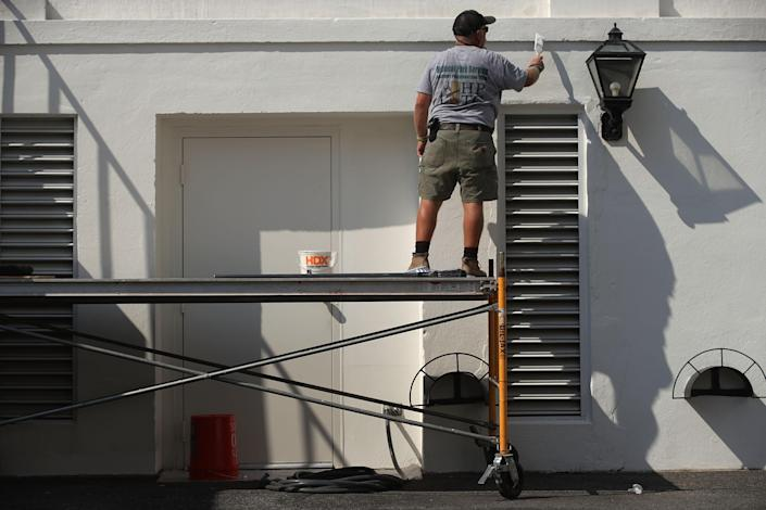 <p>A member of the National Park Service paints a wall at the White House on Aug. 22, 2017 in Washington. (Photo: Alex Wong/Getty Images) </p>