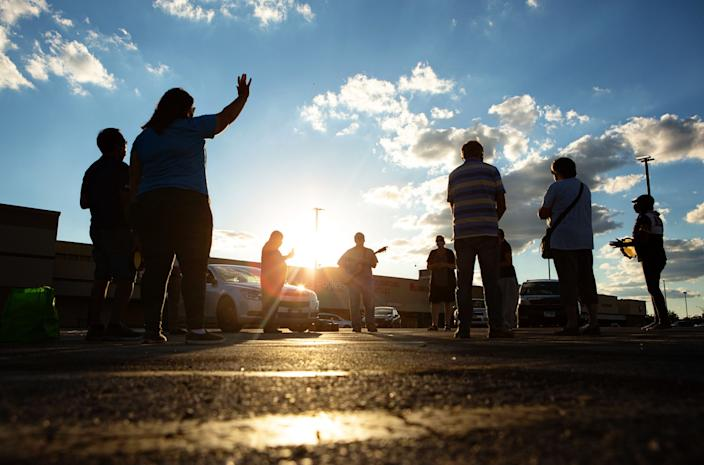 "Donovan Price leads a prayer at a weekly service in a strip mall parking lot on Chicago's South Side. <span class=""copyright"">(Jason Armond / Los Angeles Times)</span>"
