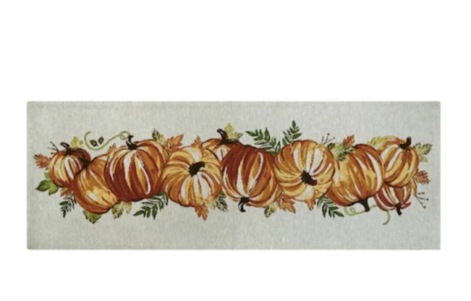 white table runner with pumpkins on it, fall decorating tips