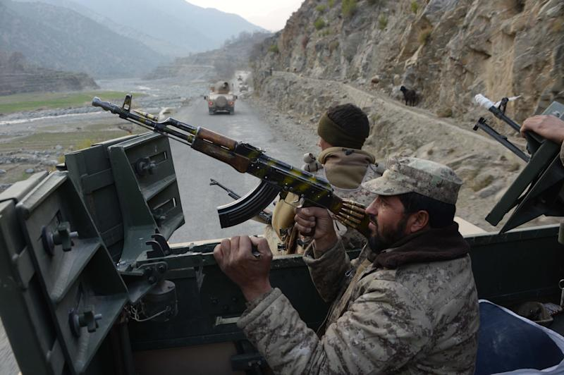 Afghan security personnel patrol during an ongoing anti-Taliban operation in Dangam district near the Pakistan-Afghanistan border in the eastern Kunar province, January 3, 2015 (AFP Photo/Noorullah Shirzada)