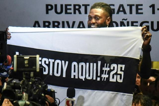 Togo forward Emmanuel Adebayor holds up a message to his new fans at Paraguay champions Olimpia on his arrival in Asuncion (AFP Photo/NORBERTO DUARTE)