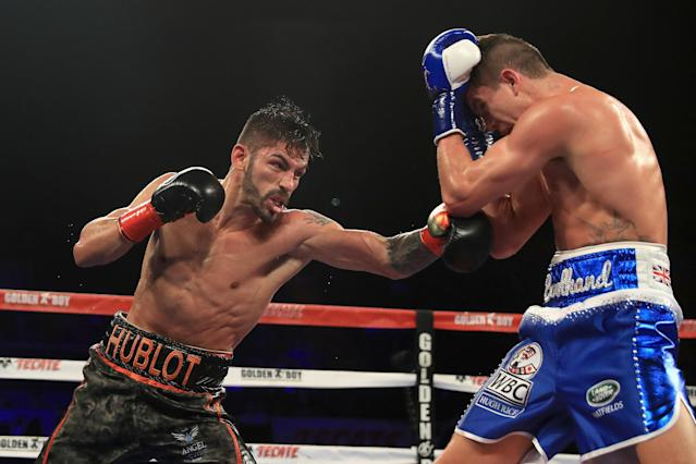 "Jorge Linares, left, exchanges punches with <a class=""link rapid-noclick-resp"" href=""/ncaaf/players/269851/"" data-ylk=""slk:Luke Campbell"">Luke Campbell</a> during Linares' lightweight title defense in September 2017 in Inglewood, California. (Getty)"