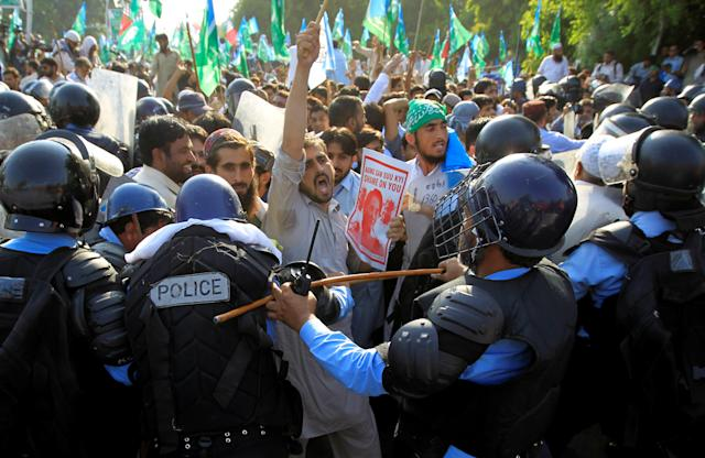 <p>Demonstrators try to break through police lines as they protest against Myanmar's persecution of Rohingya Muslims in Islamabad, Pakistan, Sept. 8, 2017. (Photo: Caren Firouz/Reuters) </p>