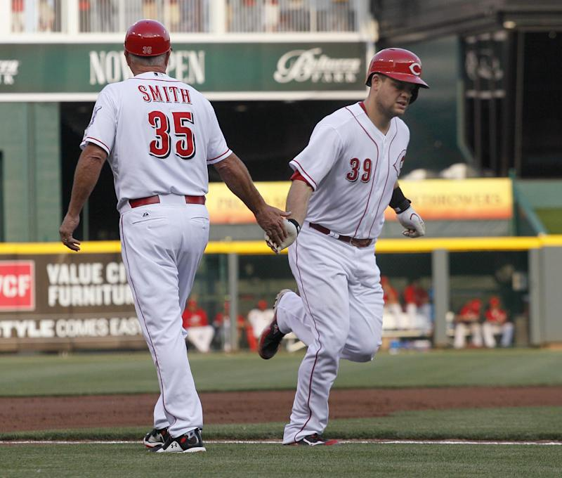 Reds beat sloppy Giants 8-3 for 4th straight win