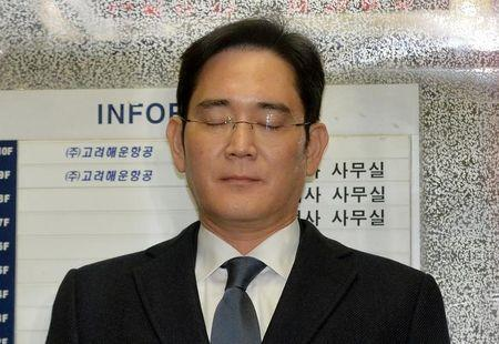 Samsung Group chief, Jay Y. Lee, rides on an elevator as he arrives at the office of the independent counsel in Seoul