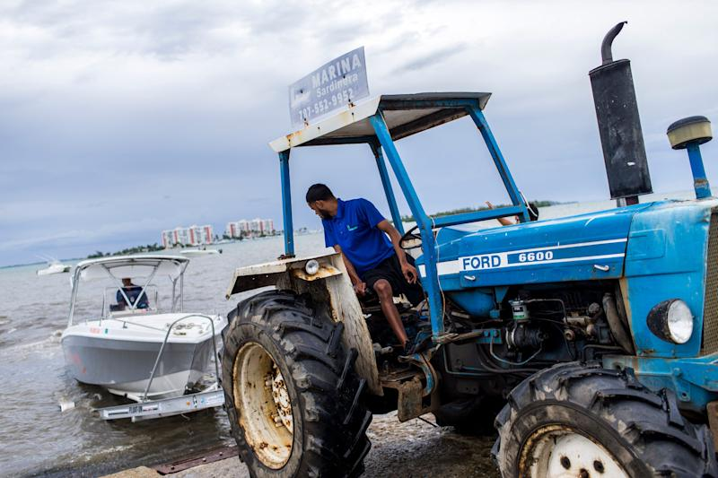 Boat owners prepare to take their vessels out of the water at Sardinera Marina in Fajardo. (Photo: Dennis M. Rivera Pichardo for HuffPost)