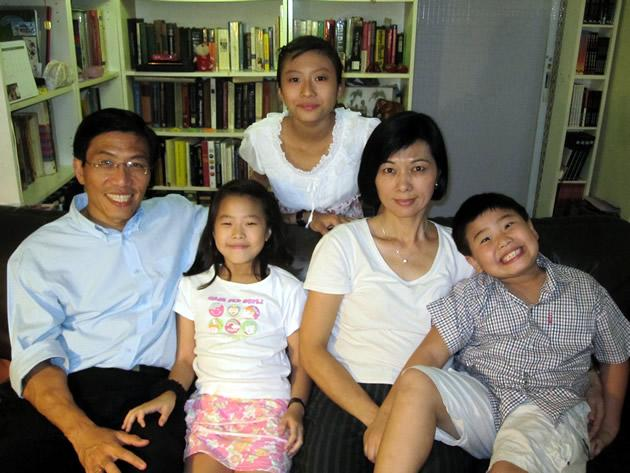 Dr Chee Soon Juan, his wife Huang Chih Mei and their children An Lyn (behind), E Lyn (beside Dr Chee) and Shaw Hur (far right). (Yahoo! photo/Jeanette Tan)