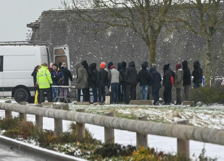 Distribution alimentaire à destination de migrants, à Calais, le 8 février 2021
