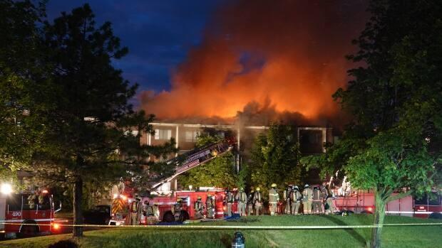 A major fire broke out in an apartment complex in Dollard-des-Ormeaux overnight Sunday, and 149 units had to be evacuated. The Red Cross is helping residents find places to stay. (Stéphane Grégoire/Radio-Canada - image credit)