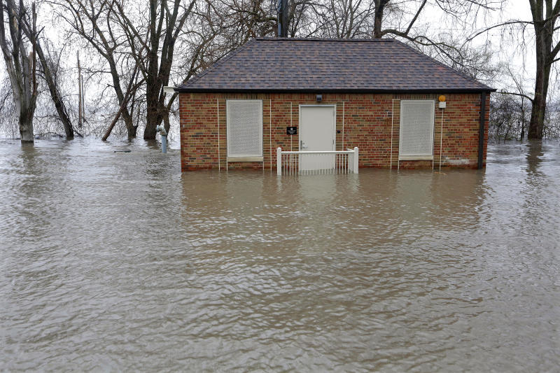 Midwest awaits retreat of floods, bloated rivers