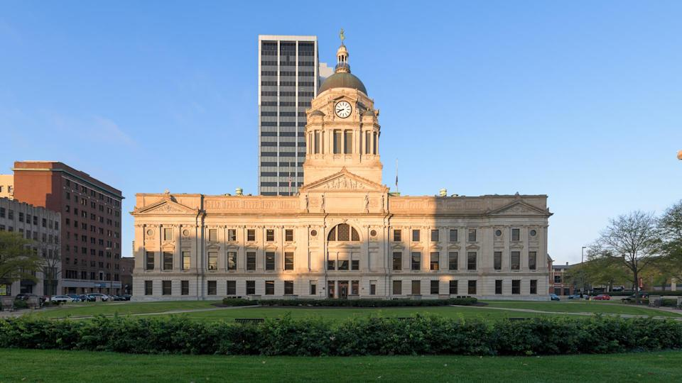 FORT WAYNE, INDIANA, USA - OCTOBER 29, 2018: Panorama of the exterior of the Allen County Courthouse on South Calhoun Street in Fort Wayne - Image.