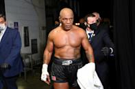 Mike Tyson quitte le ring après avoir obtenu le match nul contre ROy Jones Jr, le 28 novembre 2020 à Los Angeles
