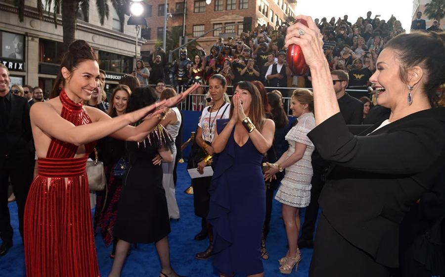 """<p>The new Wonder Woman bows to the original on the red carpet. """"It makes so much sense that she was the first one to embody this iconic character because she is the character in flesh,"""" <a rel=""""nofollow"""" href=""""http://ew.com/article/2016/10/21/lynda-carter-gal-gadot-wonder-woman-united-nations-ambassador/"""">Gadot said last year</a>. (Photo: Alberto E. Rodriguez/Getty Images) </p>"""