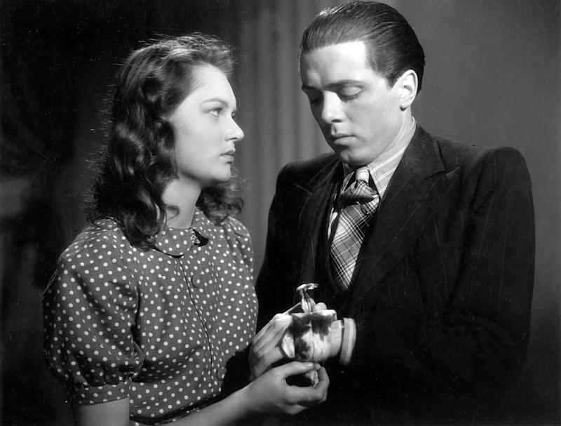 "(Eingeschränkte Rechte für bestimmte redaktionelle Kunden in Deutschland. Limited rights for specific editorial clients in Germany.) *29.08.1923-Regisseur, Schauspieler, Grossbritannienmit Carol Marsh in dem Film ""Brighton Rock""Regie: John BloutingUSA 1947 (Photo by ullstein bild/ullstein bild via Getty Images)"
