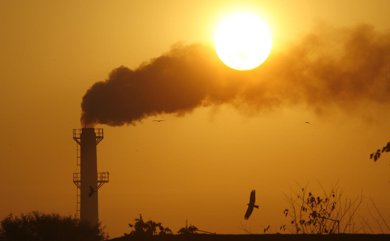 Smoke rises from a chimney of a garbage processing plant on the outskirts of the northern Indian city of Chandigarh December 3, 2011. REUTERS/Ajay Verma (INDIA - Tags: ENVIRONMENT)