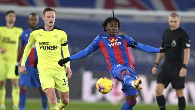 Eberechi Eze dari Crystal Palace mencoba untuk mengontrol bola selama pertandingan sepak bola Liga Inggris antara Crystal Palace dan Newcastle United di Stadion Selhurst Park, London, Jumat, 27 November 2020. (Daniel Leal-Olivas / Pool via AP)
